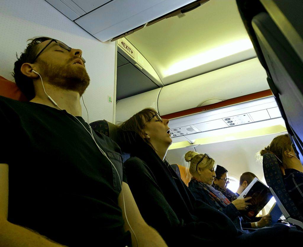 Dos re-dormidos en el avión.